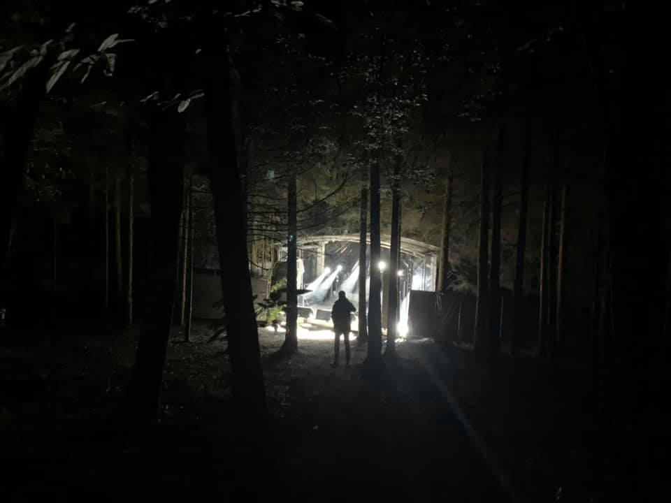 Stefan Wolf vor Bühne im Wald